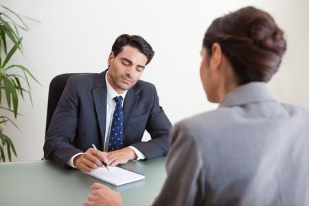 Marketeers met een brainstorm in een kantoor
