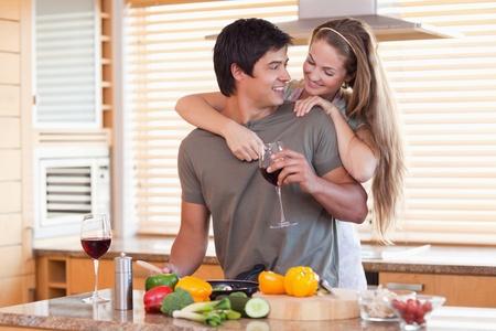 diner romantique: Belle boire du vin tout en serrant les deux dans leur cuisine
