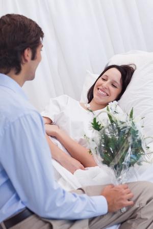 visitador medico: Mujer joven que se siente feliz de recibir una visita en el hospital