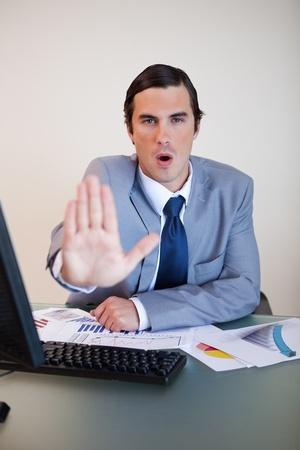 calm down: Uomo d'affari cercando di calmare il suo compagno sconvolto negoziazione