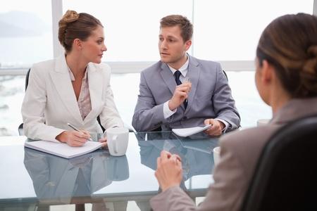 n�gociation: Business team d�lib�rer avec leur avocat