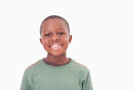 ni�o modelo: Muchacho sonriente posando frente a un fondo blanco