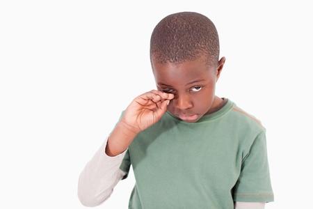scared child: Ni�o llorando sobre un fondo blanco