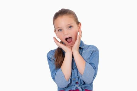 ni�a gritando: Ni�a sorprendi� a gritar contra un fondo blanco
