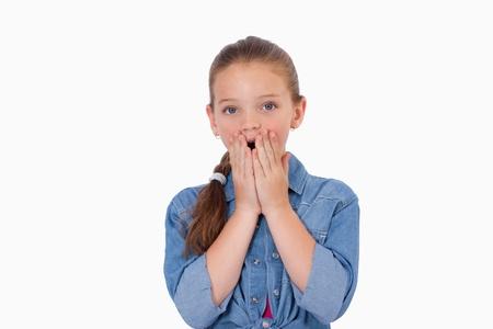 facial gestures: Chica de tener miedo por algo contra un fondo blanco Foto de archivo