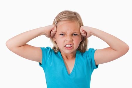 personne en colere: Malheureuse avec les poings sur le visage contre un fond blanc