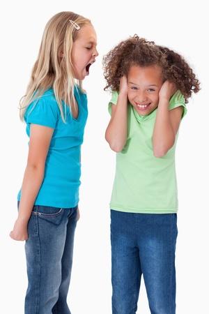 ni�a gritando: Retrato de una chica enojada gritando a su amiga sobre un fondo blanco