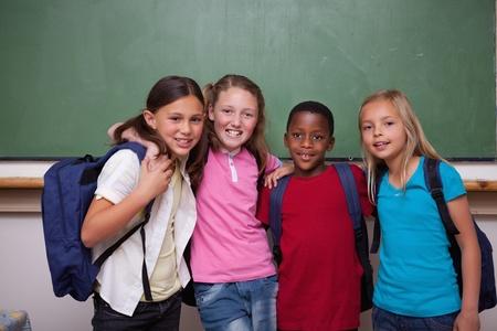 positiveness: Los compa�eros de clase posando juntos en un aula