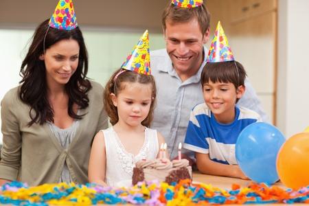 blow out: Giovane ragazza in procinto di spegnere le candeline sulla sua torta di compleanno Archivio Fotografico