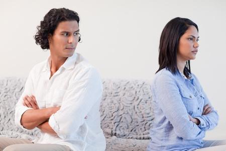 pareja discutiendo: Pareja joven con una pelea en la sala de estar