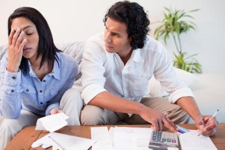 schuld: Jong stel controleren hun rekeningen