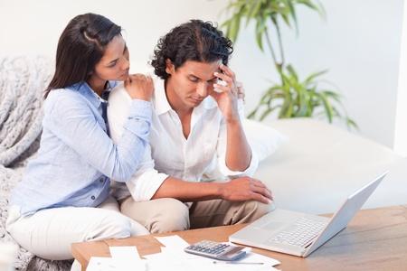 homme triste: Frustr� jeune couple sous-estim� leurs d�penses