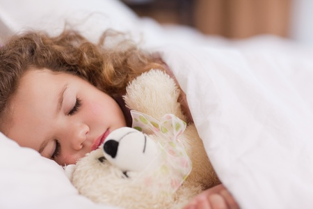 child sleeping: Ni�a durmiendo con su pap�