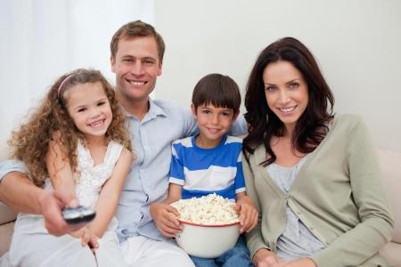 family movies: Joven de la familia viendo una pel�cula juntos Foto de archivo