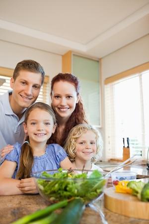 Junge Familie zusammen stehen hinter der K�chentheke