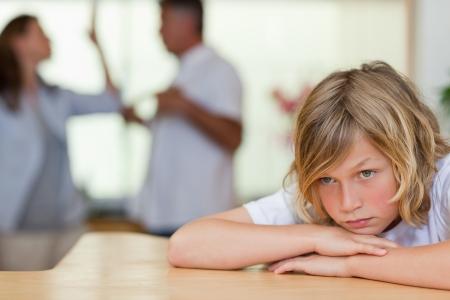 scheidung: Besorgt sucht Junge mit seinen Eltern k�mpfen hinter ihm