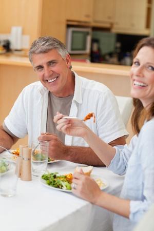 Pareja feliz comiendo su cena juntos photo