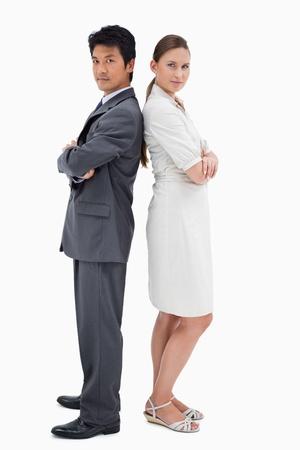 Portrait von Geschäftsleuten Rücken an gegen einen weißen Hintergrund sichern