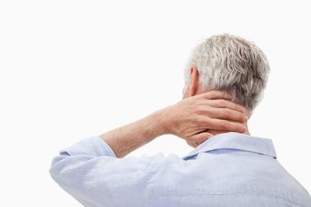 massaggio collo: L'uomo con un dolore al collo su uno sfondo bianco