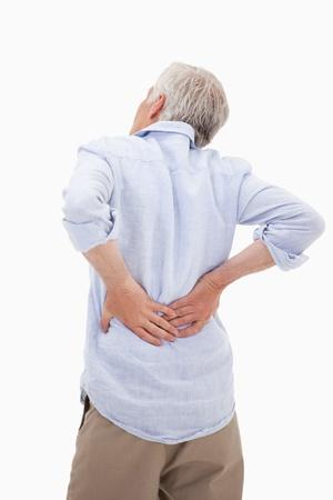 epaule douleur: Portrait d'un homme ayant un mal de dos sur un fond blanc