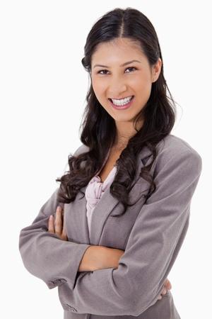Smiling Geschäftsfrau mit den Armen vor einem weißen Hintergrund gefaltet Standard-Bild