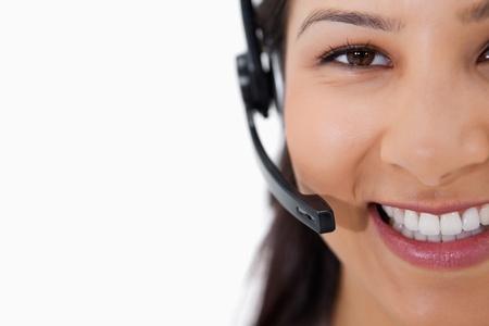 call center agent: Sorridente femminile operatore di call center con l'auricolare contro uno sfondo bianco