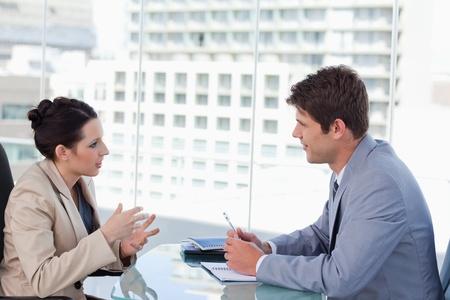 communication occupation: Business team di negoziazione in una sala riunioni