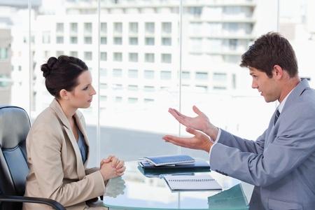 dos personas conversando: Equipo de negocios durante una tormenta de ideas en una reunión Foto de archivo