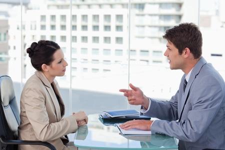 dos personas hablando: Equipo de negocios de jóvenes durante una lluvia de ideas en una sala de reuniones Foto de archivo