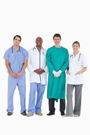 personal medico: Sonriendo médicos de pie juntos sobre un fondo blanco
