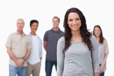 solidaridad: Ni�a sonriente con sus amigos detr�s de ella sobre un fondo blanco