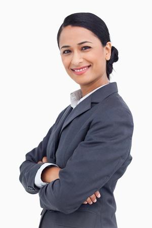 Nahaufnahme der lächelnde Verkäuferin mit verschränkten Armen vor einem weißen Hintergrund