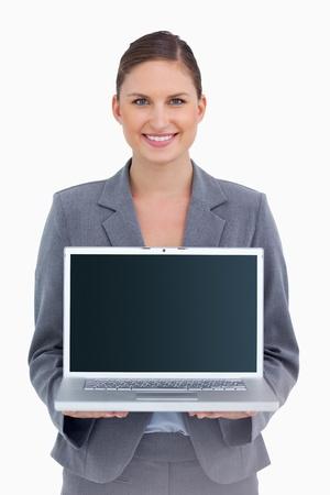 Sonriendo tradeswoman pantalla de presentaci�n de su ordenador port�til contra un fondo blanco photo