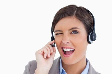call center agent: Primo piano di agente lampeggiante call center contro uno sfondo bianco