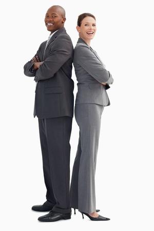 personas de pie: La gente de negocios sonriente con las manos cruzadas