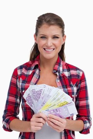happy rich woman: Ritratto di una donna in possesso di banconote contro uno sfondo bianco