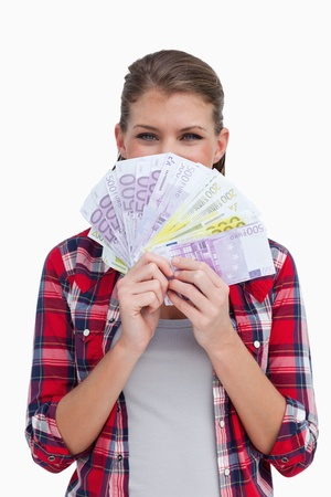 rijke vrouw: Portret van een rijke vrouw die bankbiljetten tegen een witte achtergrond