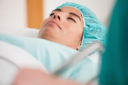 Patient couché sur civière avant la chirurgie dans le couloir de l'hôpital