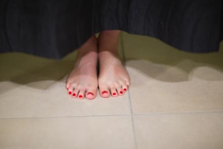 changing clothes: Womans pies detr�s de la cortina cambiando habitaci�n en el centro comercial