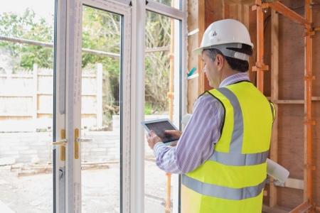 veiligheid bouw: Architect planning van de tuin met een tablet pc