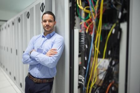 rechenzentrum: Man lehnte sich gegen Server-Schrank im Rechenzentrum Lizenzfreie Bilder