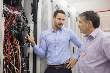 rechenzentrum: Zwei Techniker diskutieren Verkabelung im Rechenzentrum