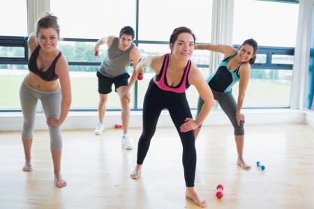 hombres haciendo ejercicio: La gente feliz en clase de aeróbicos en fitness Foto de archivo