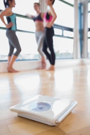 weighing scales: Bilance sul pavimento della palestra