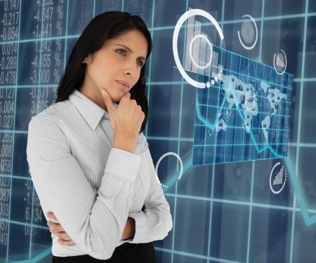 holographic: Donna d'affari in piedi pensando e guardando olografica mappa del mondo
