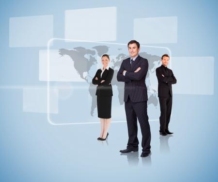 leiderschap: Mensen uit het bedrijfsleven staan in de voorkant van een kaart armen gekruist Stockfoto