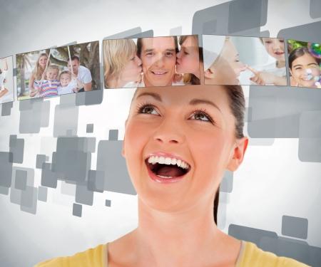 femme regarde en haut: Femme souriante regardant dans un bar de l'image