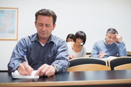 hombre estudiando: Los adultos aprenden en el aula Foto de archivo