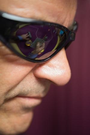sole occhiali: L'uomo indossa occhiali da sole al casin�