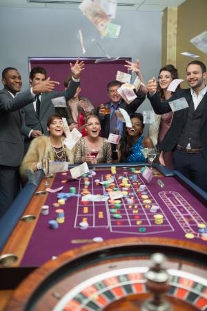 roulett: Menschen mit Geld im Casino Lizenzfreie Bilder